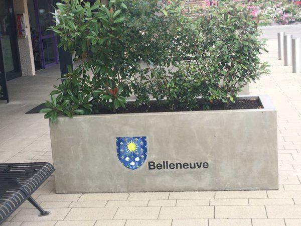 Jardinière rectangulaire en béton préfabriqué, couler grise, visible à Belleneuve, 21310, dans la zone commerciale.