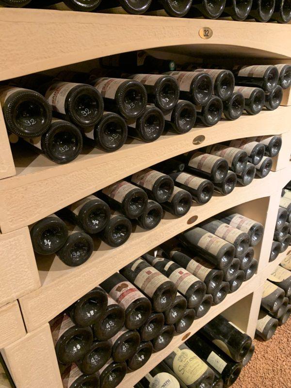 Cavé à vin aménagée avec des casiers de vin en pierre reconstituée, modèle modulable.