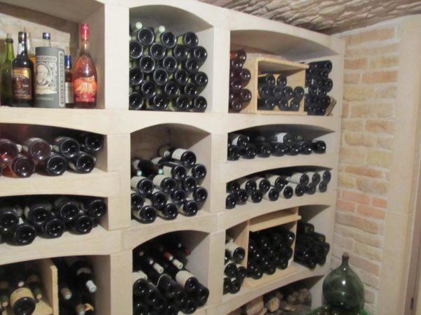 Étagères à bouteilles modulables en pierre reconstituée; rangement de cave à vin évolutif et sur-mesure.