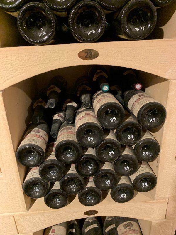 Étagères en pierre reconstituée pour ranger des bouteilles du vin. Modèle modulable.