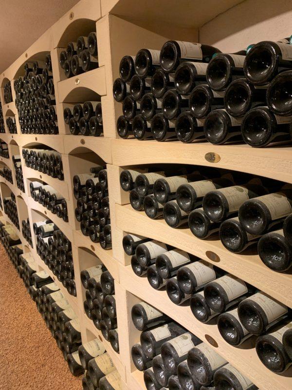 Rangement pour les bouteilles à vin en pierre reconstituée, fabrication Bourgogne.