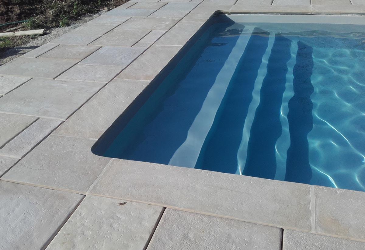 Margelle-piscine-plate-pierre-reconstituee-modele-abbatiale