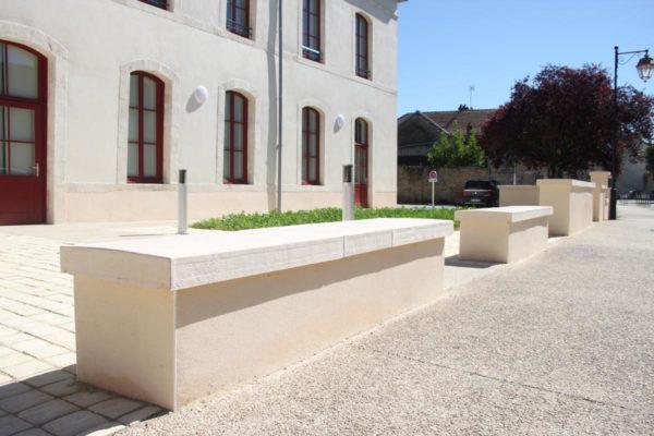 Couvre-mur en pierre reconstituée, aspect bombé, bouchardé et ciselé, longueur 1 m, pour mur de 50-60 cm. Visible à Selongey, 21260, Bourgogne.