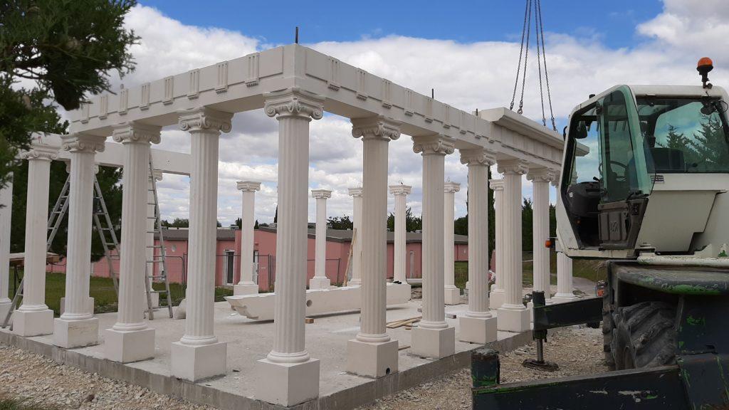 Temple d'Apollon décorés avec des colonnes cannelées en pierre reconstituée.