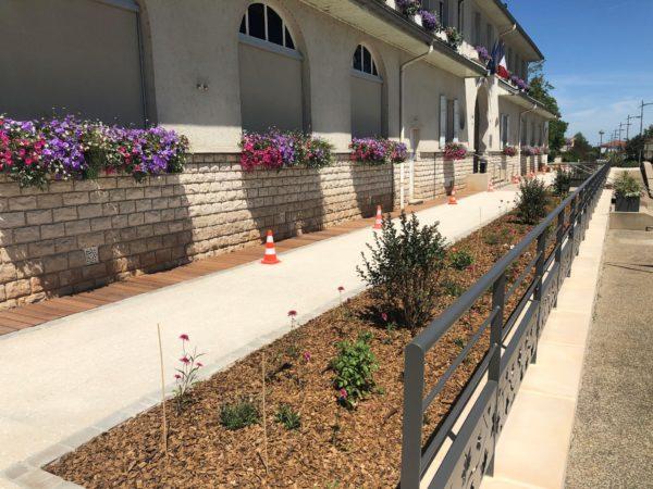 Couvertine plate en béton pour aménager la clôture