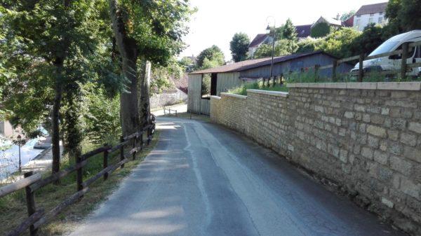 Dessus de muret, couvertine 1 m, aspect bombé, bouchardé et ciselé, en pierre reconstituée. Visible à Bèze, 21310 (Bourgogne), vers le parking du site des grottes (la source de la Bèze).