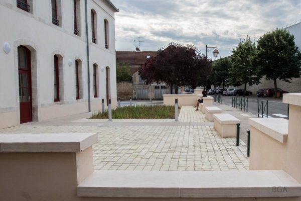 Couvertine en pierre reconstituée, aspect bombé, bouchardé et ciselé, longueur 1 m, pour mur de 50-60 cm. Visible à Selongey, 21260 ( 20, rue de la Patenée, en face de L'Association Accueil Loisirs Enfance Jeunesse (A.L.E.J).