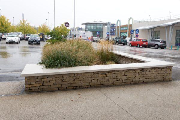 Couvre-mur plat 1 m lisse blanc ou gris (couvertine plate, chaperon de muret, dessus de muret, chapeau pour mur, tablette), en pierre reconstituée ou béton préfabriqué décoratif; en ciment blanc ou gris.