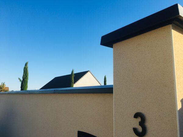 Couvre-mur gris, deux pentes, peint en noire, en pierre reconstituée ou béton préfabriqué, aménagement de clôture. Avec un couronnement de pilier , modèle diamant.