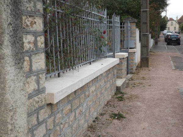 Couvertines (couvre-murs, chaperons de muret) aspect pierre, finition bouchardée-ciselée, idéale pour les projets de rénovation.
