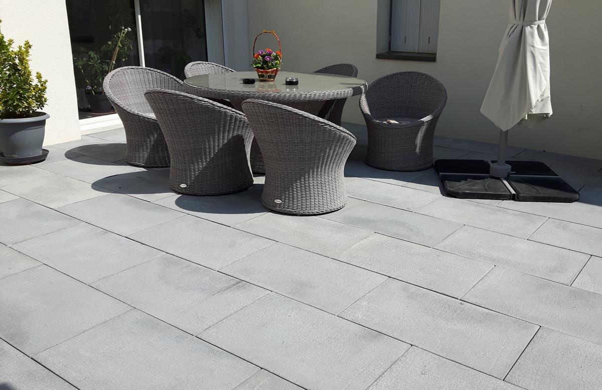 dallage-beton-antiderapante-terrasse-exterieure-grenaille