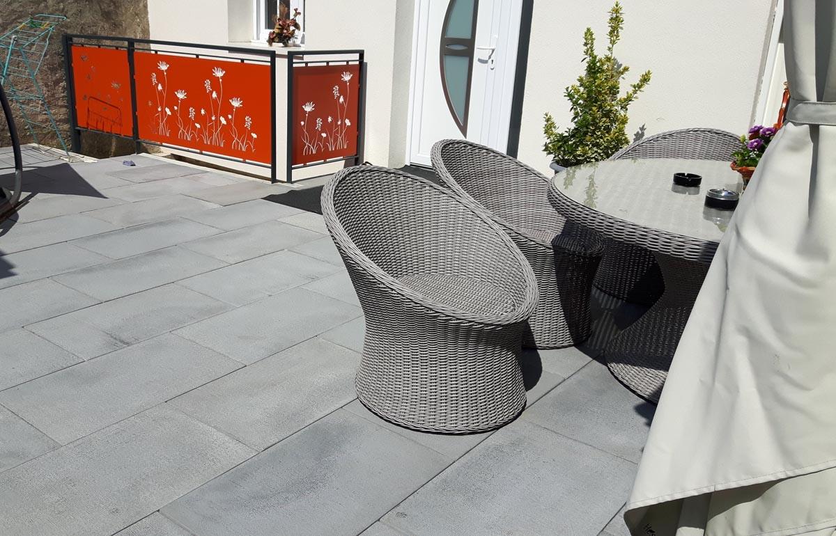 dalle-beton-grise-terrasse-exterieure-grenaillee-pierre-reconstituee
