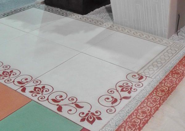 Paysalia 2017. Dallage gris en béton lisse, format XXL; dalles carrées 80 x 80 cm mono format; avec une frise arabesque.