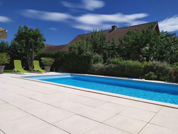 Dalle autour piscine pierre reconstituée, modèle grenaille