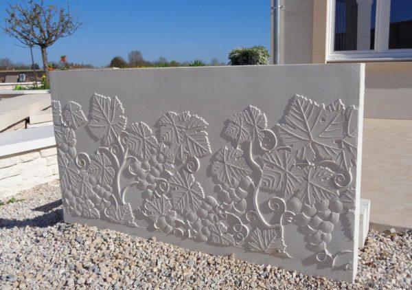 Murs de soutènement en l béton préfabriqué. Muret de clôture béton moulé (effet béton imprimé) vignes.