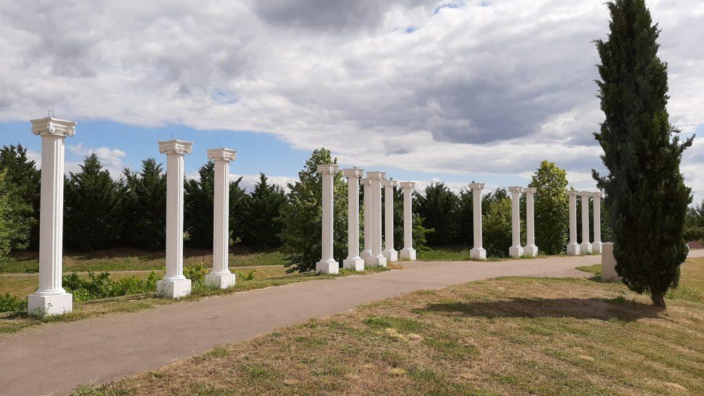 Colonnes cannelées en pierre reconstituée, l'ensemble, avec des arches.