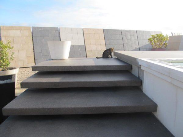 L'escalier en grandes marches / dalles préfabriquées en béton, finition désactivé, posées sur la crémaillère. Pour la piscine hors sol ou semi-enterrée en murs préfabriqués modulables.