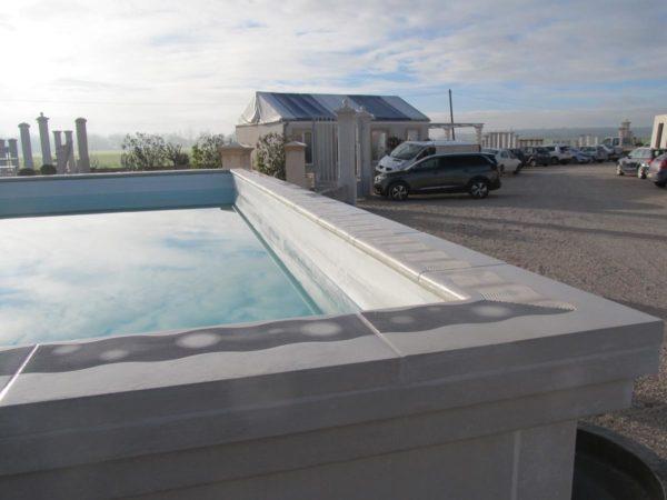 Murs modulables en béton préfabriqué, aspect lisse ou décoratif, pour construire une piscine hors sol / semi-enterrée ou un bassin de nage.