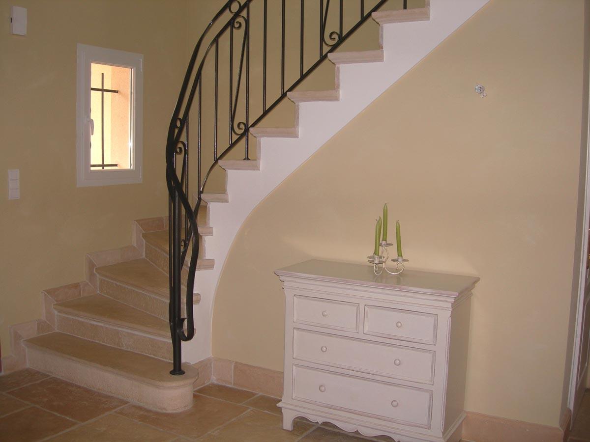 marche-revetement-escalier-abbatiale-pierre-bourgogne-avec-marche-de-depart-pleine-mouluree