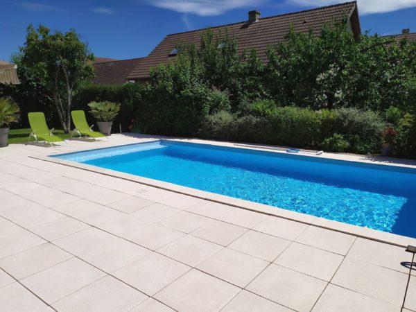 Margelles Vinci en pierre reconstituée pour aménager les abords de piscine