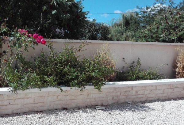 Muret de clôture monobloc droit, aspect pierres naturelles maçonnées, en pierre reconstituée ou béton décoratif .