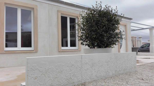 Muret de soutènement préfabriqué en béton armé; clôtures murs monobloc. Motifs décoratifs sur une face, obtenus par moulage.
