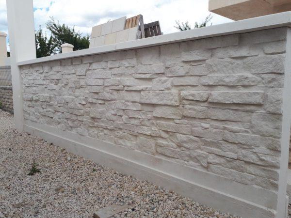 Mur en L préfabriqué pour clôture; finition pierre sèche; en béton armé, mur de soutènement.