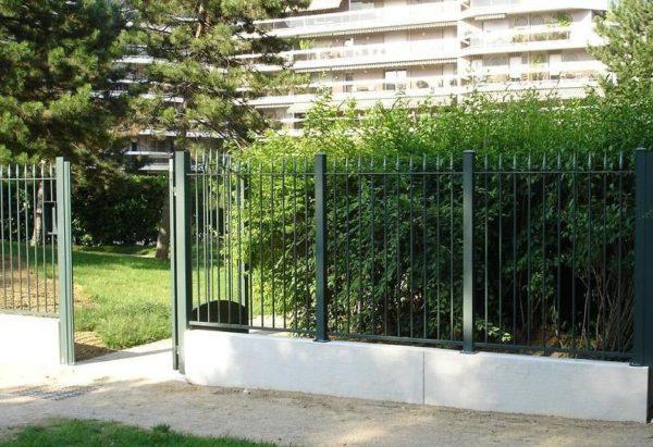 Muret de clôture monobloc droit, aspect grenaillé, en pierre reconstituée ou béton décoratif .