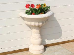 Vasque de jardin mouluré, sur pied, en pierre reconstituée modèle 1.