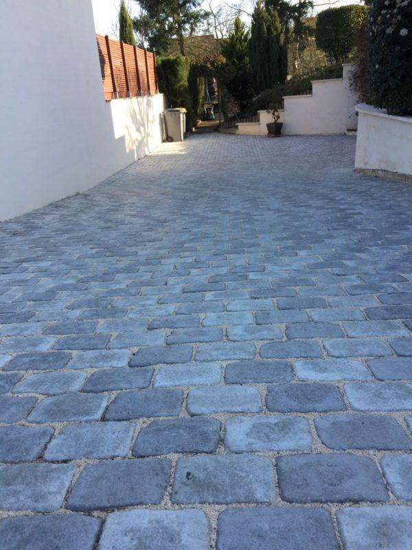 Pavés gris en béton / pierre reconstituée; carrossables. Pavés gris en béton / pierre reconstituée; carrossables.