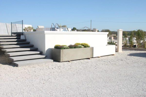 Une piscine en béton hors-sol, en kit d'éléments modulables préfabriqués.