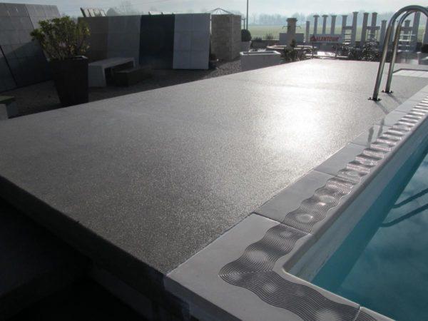 Plage de piscine en béton préfabriqué, finition béton désactivé, pour une piscine tout type (enterrée, semi-enterrée, hors sol).