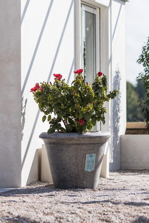 Pot de jardin rond en ciment gris, modèle Toscane D, avec couronne de décoration Fleur, Ø 82 x 64 cm. Pot personnalisé avec un blason (commune de Lux, 21120).