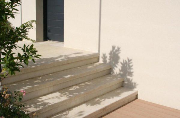Marche escalier plate, aspect grenaillé antidérapant, en béton décoratif ou pierre reconstituée.