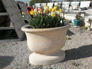 Vasques de jardin en pierre reconstituée sur pieds ou socle, décoration