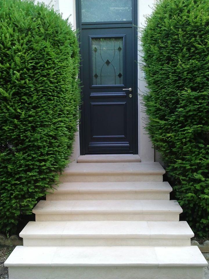 marche-escalier-pierre-reconstituee-porte-entree-abbatiale