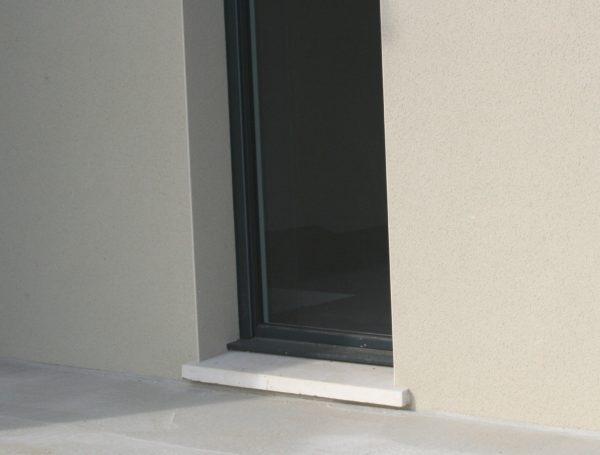 Seuil gamme Tradition pour porte d'entrée avec isolation, profondeur 33 et 39 cm, en pierre reconstituée ou béton décoratif.