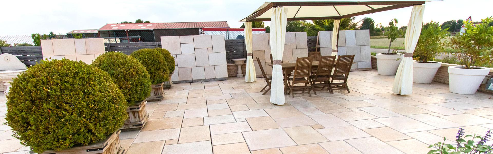 Exposition extérieure desproduits Alentour pour aménager l'extérieur de votre maison. Fabrication 100% française, Bourgogne (pierre reconstituée et béton préfabriqué décoratif).