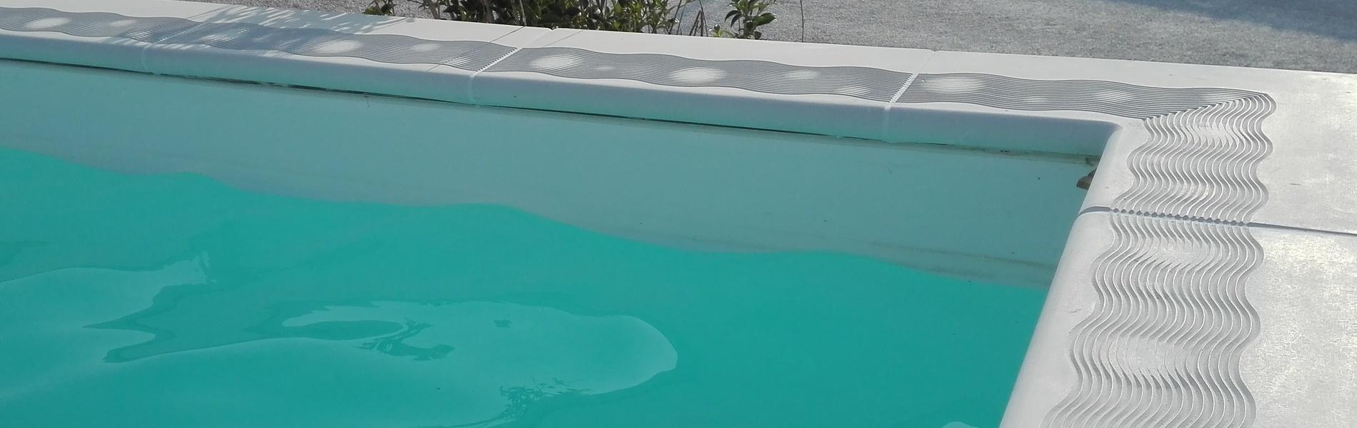 Margelle contemporaines pour piscine, jeux d'ombres, en pierre reconstituée.