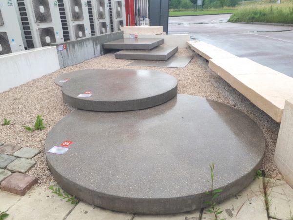 Pas de jardin XXL, grandes dalles rondes en béton ou pierre reconstituée; avec du ciment blanc, gris, autres couleurs possibles. Fabrication française, Bourgogne.
