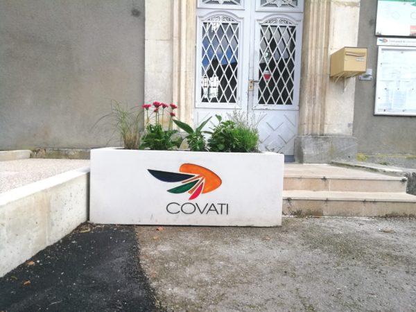 Jardinière rectangulaire en béton, personnalisée avec un logo de la COVATI