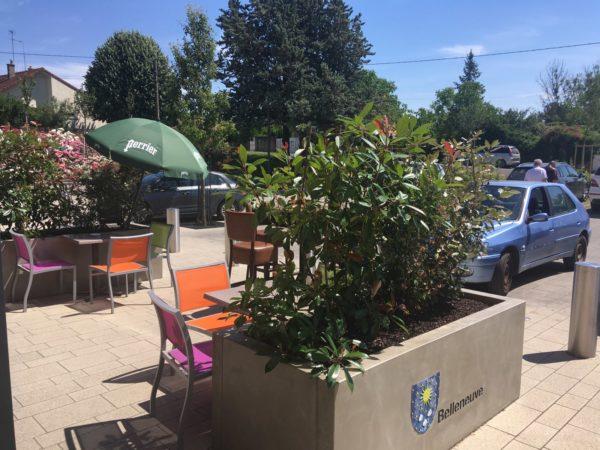 Jardinière rectangulaire en béton; mobilier urbain à Belleneuve, Bourgogne