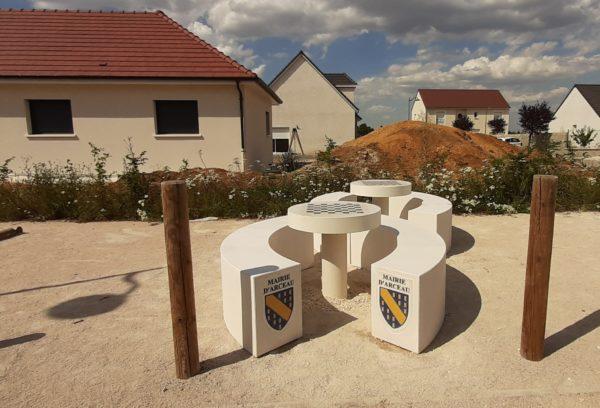 Table rond béton extérieur; table de pique-nique, mobilier urbain.