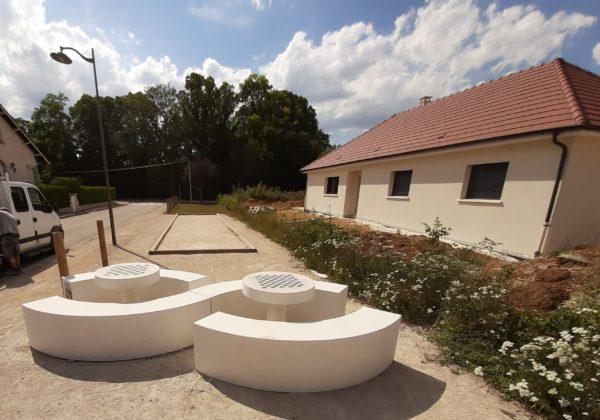 Mobilier urbain sur mesure, table et bancs arrondis, béton ou pierre reconstituée.