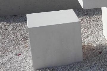 borne-protection-anti-stationnement-cube-beton-prefabrique-lisse-mobilier-urbain