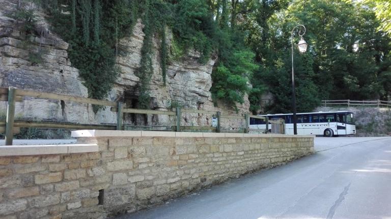 couvre-mur-couvertine-beton-prefabrique-imitation-pierre-naturelle-aspect-bombe-boucharde
