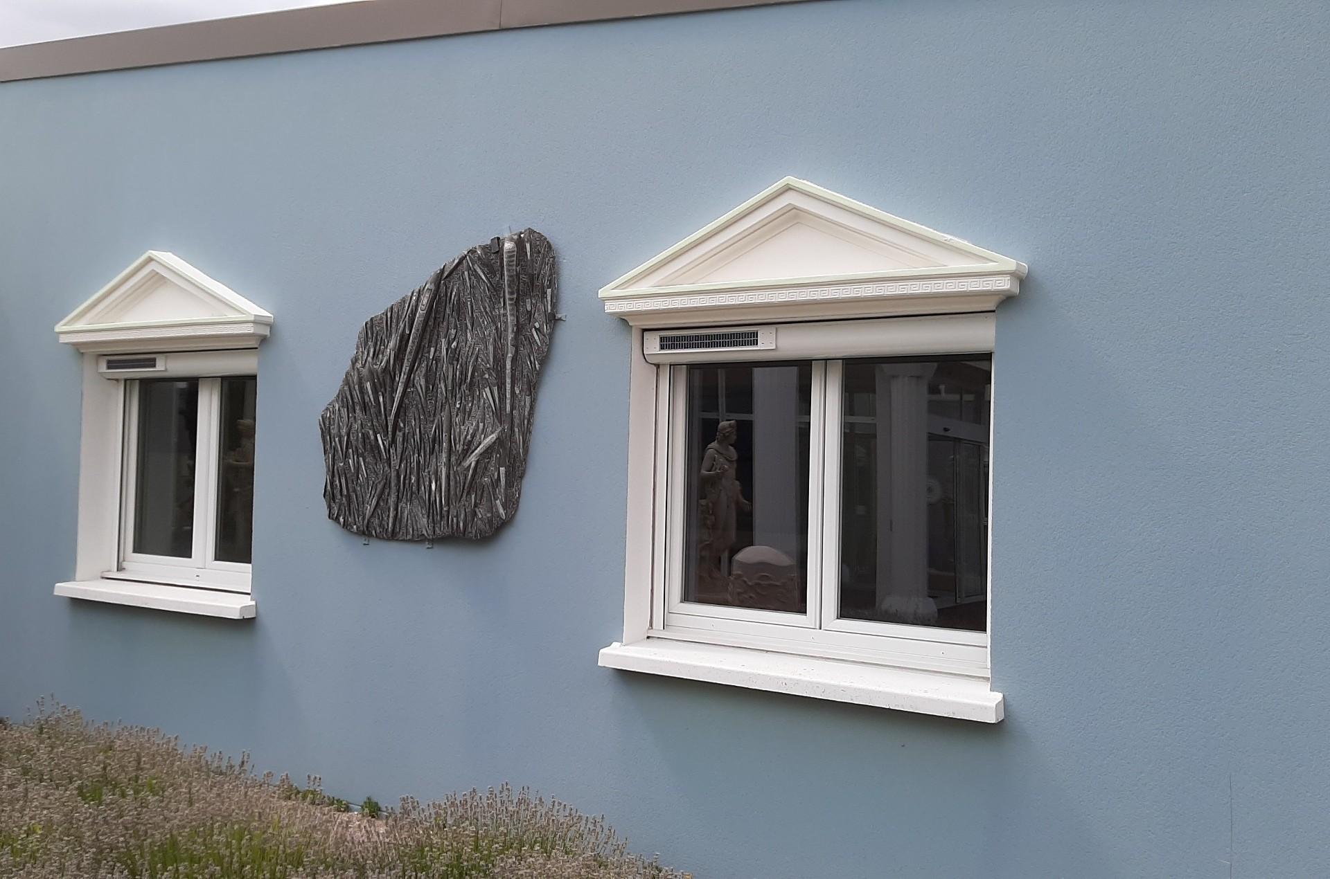 Fronton de fenêtre en style grec, pierre / béton décoratif